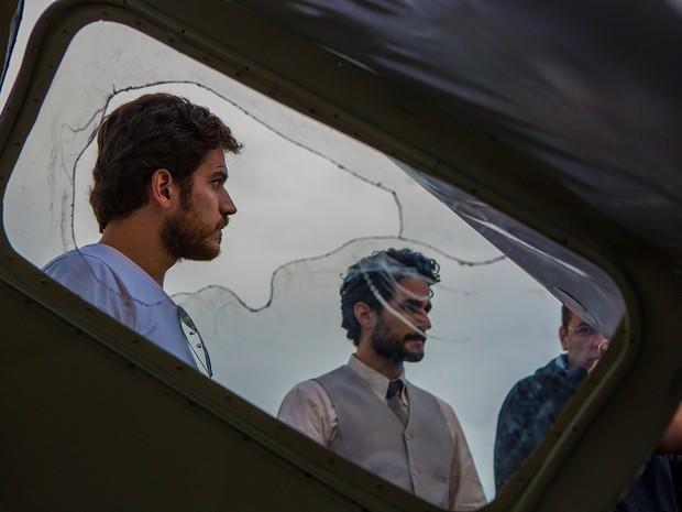 Marco Pigossi e Fernando Belo em momento de pura concentração na Perimetral (Foto: Fábio Rocha/TV Globo)