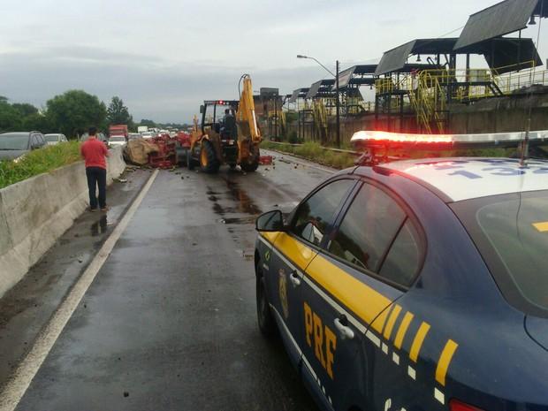 Trânsito na BR-116 ficou bloqueado por três horas nesta quinta-feira (10) (Foto: PRF/Divulgação)