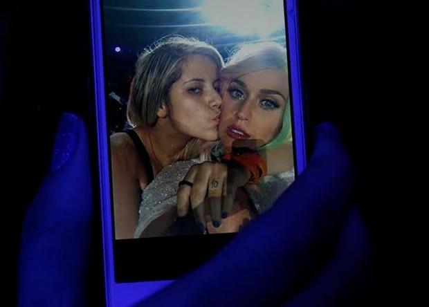 Selfie de Rayane Souza, fã que subiu no palco no show de Katy Perry (Foto: Marcos Serra Lima/EGO)