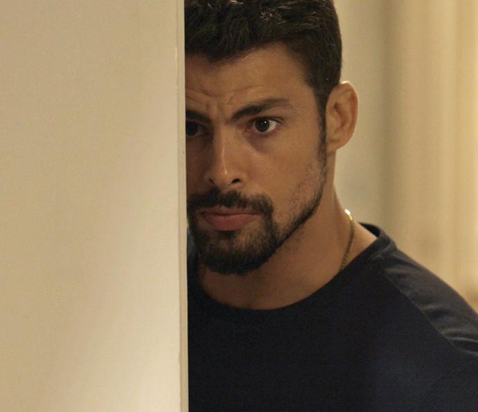 Enquanto Dante tenta negociar, Juliano entra na mansão sem ser visto (Foto: TV Globo)