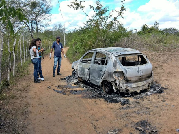Dois corpos carbonizados foram encontrados dentro de um carro incendiado na Bahia (Foto: Ed Santos / Acorda Cidade)