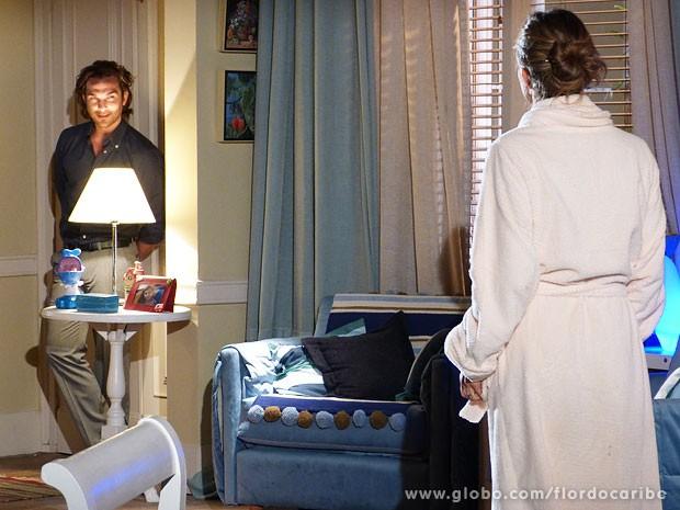 Alberto invade o quarto enquanto Ester se troca (Foto: Flor do Caribe / TV Globo)