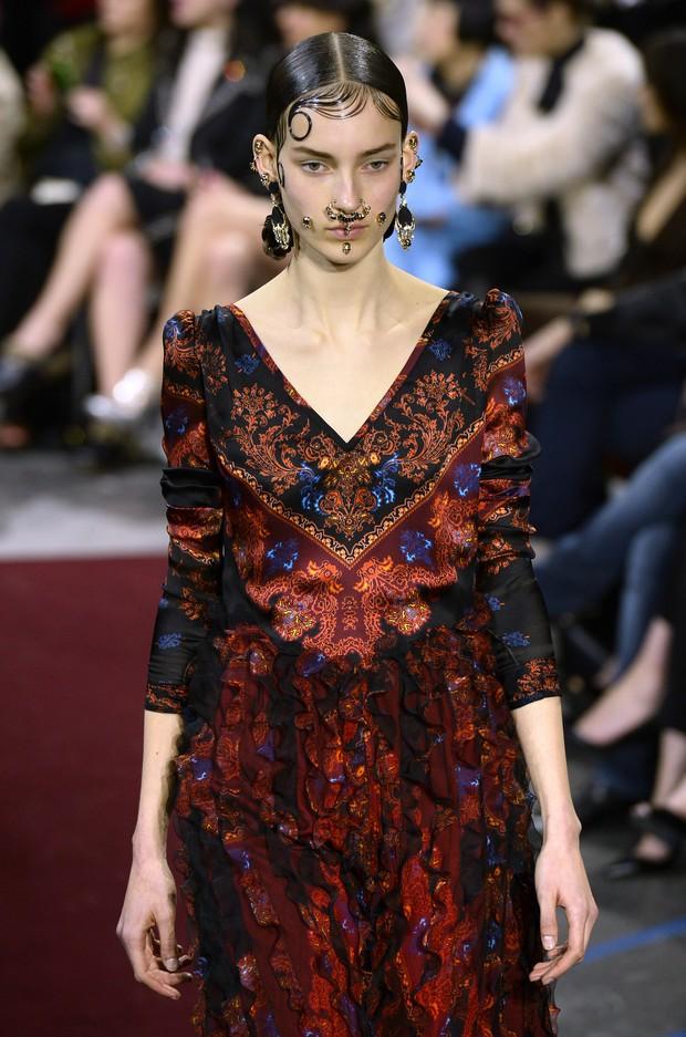 Modelo no desfile da Givenchy (Foto: Agência Getty Images)