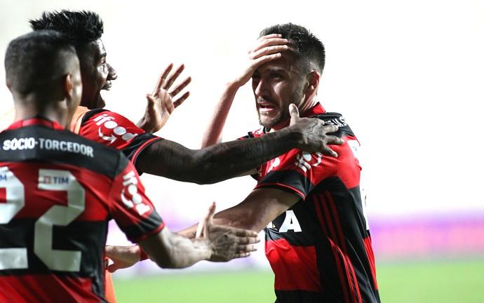 Mancuello é abraçado na comemoração de seu gol contra o Cruzeiro (Foto: Gilvan de Souza/Flamengo)
