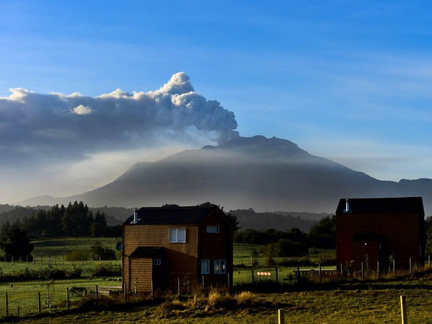 Nuvem de fumaça do vulcão Calbuco é vista de Puerto Varas, no Chile (Foto: Martin Bernetti/AFP)