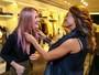 Juliana Paes confere o novo cabelo rosa de Fiorella Mattheis