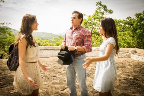 Bruna Marquezine grava Julia Dalavia e Oscar Magrini (Foto: Globo/João Miguel Júnior)