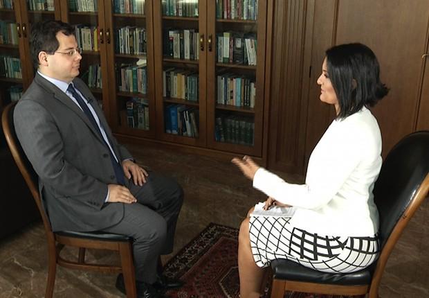 A jornalista Roseann Kennedy entrevista o advogado Francisco Zavascki, filho do ministro Teori Zavascki (Foto: Divulgação/TV Brasil)