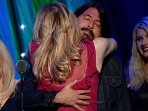 A viúva de Kurt Cobain, Courtney Love, abraça Dave Grohl, ex-baterista do Nirvana, durante a homenagem à banda na 29ª cerimônia de indução ao Rock and Roll Hall of Fame, no Barclays Center, em Nova York, na noite de 10 de abril (Foto: Larry Busacca/Getty Images/AFP)