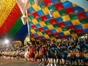 Quadrilha se apresenta na final do Festival de Quadrilhas, na Pirâmide do Parque do Povo (Foto: Taiguara Rangel/G1)