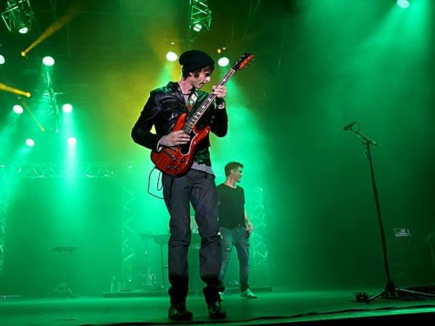 O guitarrista Pål Waaktaar, com o vocalista Morten Harket ao fundo, durante show do A-ha em Brasília (Foto: Vianey Bentes/TV Globo)