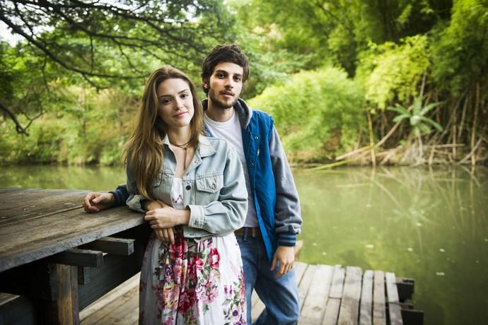Isabelle Drummond e Chay Suede posam em Piraí, onde começaram as gravações de 'A Lei do Amor' (Foto: João Miguel Júnior / Globo)