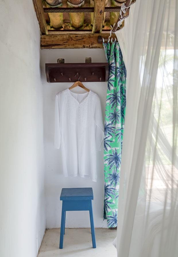 Armário | Alémde pendurar roupas, é neste espaço que os hóspedes se trocam. A banqueta azul de madeira também faz parte do acervo da família há tempos (Foto: Evelyn Müller/Editora Globo)