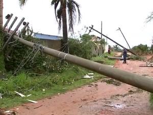 Postes ficaram pendurados em Mairinque (Foto: Reprodução/TV TEM)