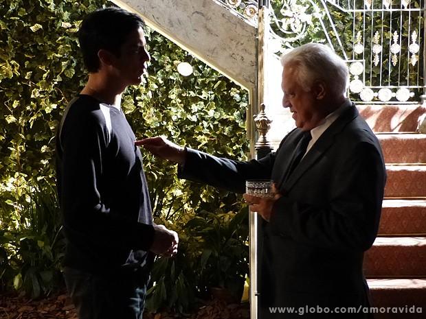 Ele intimida o vilão com uma conversa seríssima (Foto: Amor à Vida/TV Globo)