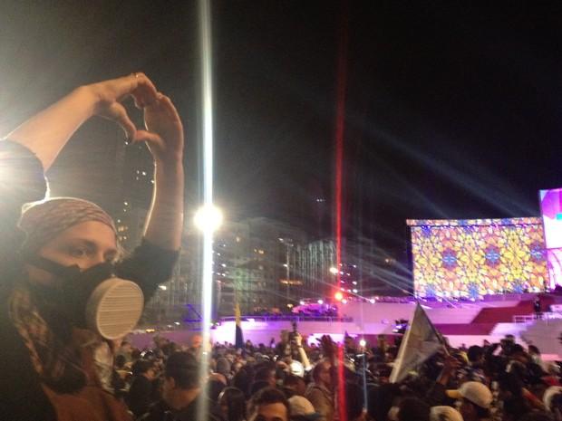 Manifestante faz um coração com as mãos à frente do palco principal da Jornada Mundial da Juventude. Manifestantes tomaram as areias de Copacabana durante show católico (Foto: Gabriel Barreira/G1)