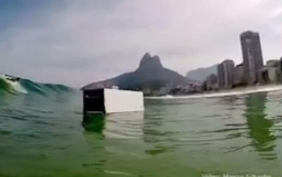 Geladeira boiando no mar do Leblon, na Zona Sul do Rio (Foto: Reprodição/ TV Globo)