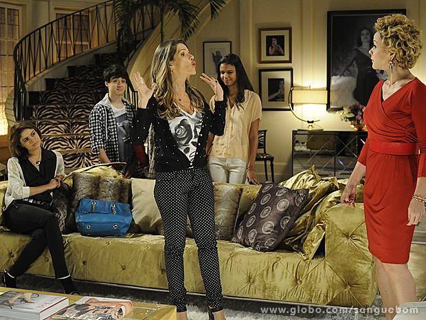 Sob os olhares desconfiados dos filhos da diva, Tina se apresenta na mansão (Foto: Sangue Bom/TV Globo)