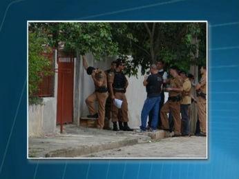 Polícias negociam com o homem que mantém cinco pessoas reféns (Foto: Reprodução/RPC TV)