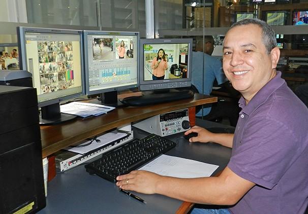 Leandro Campos, o Léo, é um dos editores de imagens da TV Fronteira (Foto: Marketing / TV Fronteira)