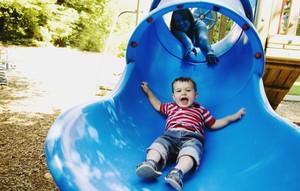 parquinho; escorregador; criança; brincando (Foto: ThinkStock)