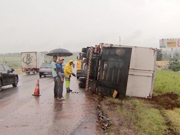 Caminhão com livros tomba em Jaguariúna  (Foto: Reprodução/EPTV)