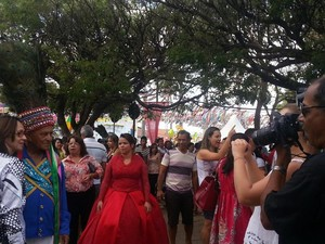 Mestre Zanza tira fotos com moradores e turistas (Foto: Nicole Melhado / G1)