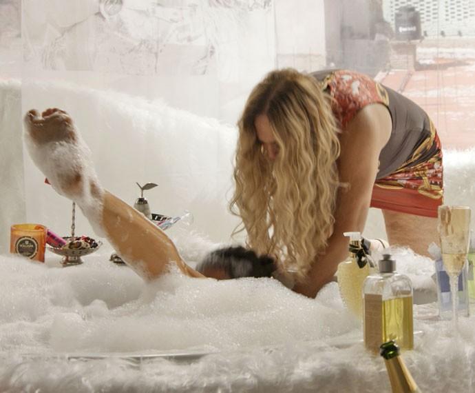 Adisabeba afoga Alisson na banheira (Foto: TV Globo)