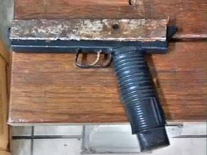 Suspeito estava com arma de brinquedo (Foto: Brigada Militar/Divulgação)
