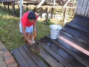 Vítimas da enchente em Tarauacá começam a fazer limpeza das casas  (Foto: Vanísia Nery/G1)