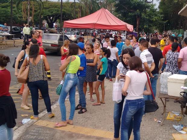 Movimentação de estudantes após o segundo dia de provas na PUC do Setor Universitário, em Goiânia (Foto: Sílvio Túlio/G1)