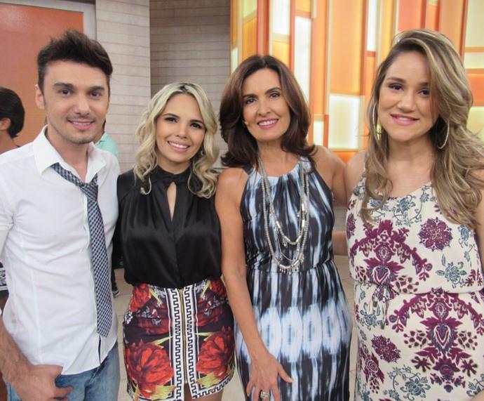Banda Magníficos com a Fátima nos bastidores do programa  (Foto: Priscilla Massena/Gshow)