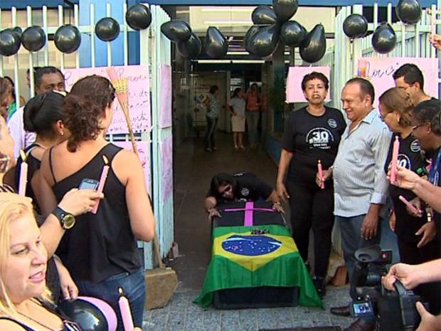 Grevistas fizeram o enterro simbólico do secretário da Saúde de Ribeirão Preto (Foto: Paulo Souza/ EPTV)