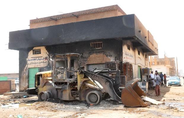 Edifício destruído após protestos em Cartum, nesta quinta-feira (26) (Foto: AFP)
