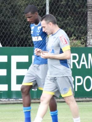 Paulo Bento tem longa conversa com Bruno Ramires (Foto: Gabriel Duarte)