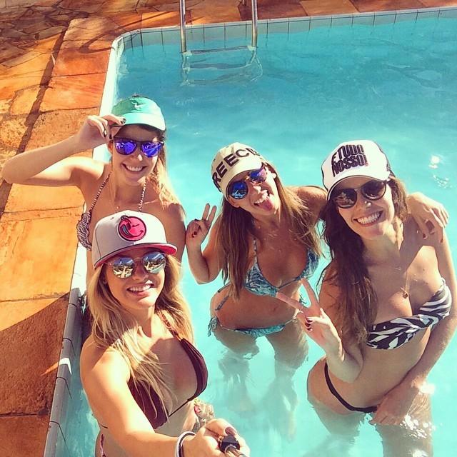 Andressa Suita usa biquininho em dia de piscina com amigos e ... - Revista Quem