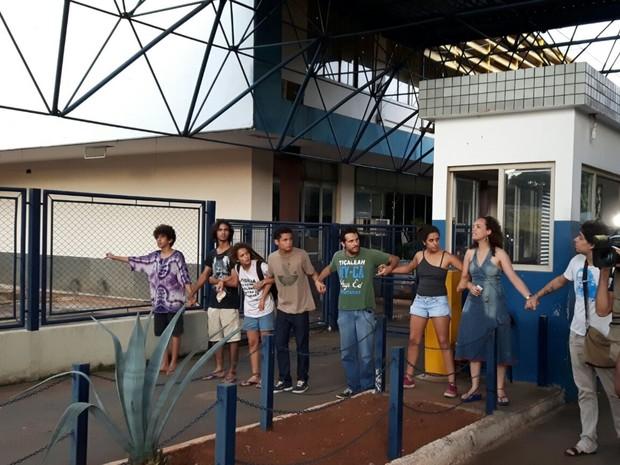 Grupo ocupa sede da Secretaria de Educação em Goiânia, Goiás (Foto: Adriano Reges/TV Anhanguera)