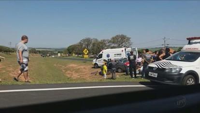 Colisão entre carro e moto deixa dois feridos na SP-350, em Itobi