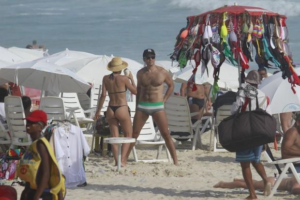 Flávia Alessandra e Otaviano Costa em praia do Rio (Foto: Dilson Silva/AgNews)