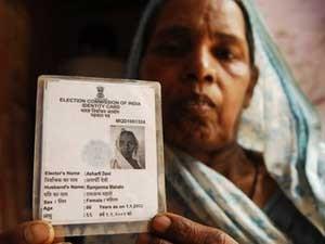 Asharfi Devi diz que seu marido é culpado por autoridades pensarem que ela está morta (Foto: Prashant Ravi/BBC)