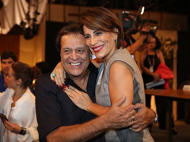Dennis Carvalho ganha um abraço carinhoso de Glória Pires (Foto: Carol Caminha/Gshow)