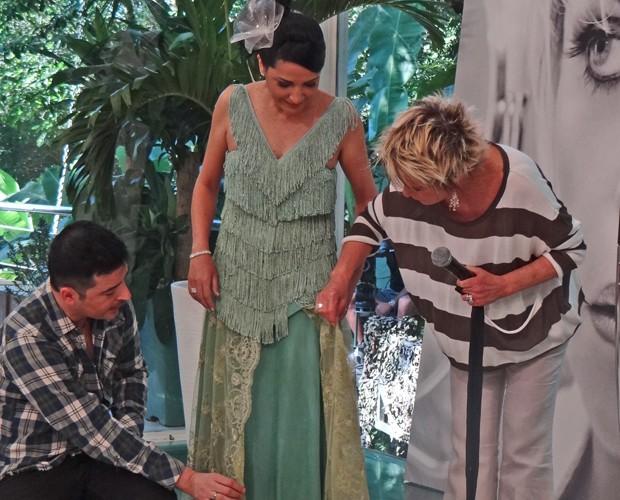 Carlos Tufvesson apresenta o vestido de Vilma reformado (Foto: Mais Você / TV Globo)