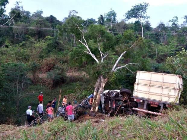 Acidente envolvendo 2 carros e um caminhão aconteceu na tarde deste domingo (18) (Foto: Reprodução/WhatsApp)