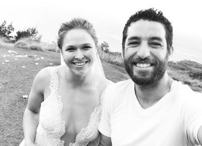 Ronda Rousey aparece com vestido de noiva (Foto: reprodução/Instagram)