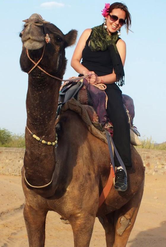 Maria Rita monta dromedário nos Emirados Árabes Unidos. Ela já visitou 30 países (Foto: Acervo Pessoal)