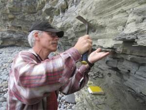 Pesquisador explora rochas que datam do fim do período Triássico (Foto: Divulgação/Krevin Krajick/Earth Institute)