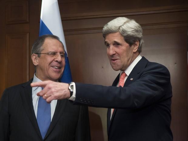 Secretário de Estado americano John Kerry atende ministro russo das Relações Exteriores Sergei Lavrov em Berlim nestya terça-feira (26) (Foto: REUTERS / Thomas Peter)