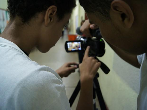 Por opção, Weslley e Anderson ficam até mais tarde na Escola Municipal Camilo Castelo Branco, no Horto, Zona Sul, para participarem das aulas e filmagens (Foto: José Raphael Berrêdo / G1)
