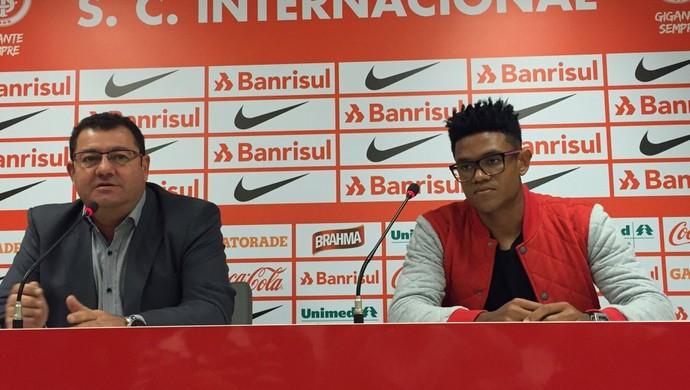 Anselmo é apresentado como jogador do Inter  (Foto: Inter, DVG)