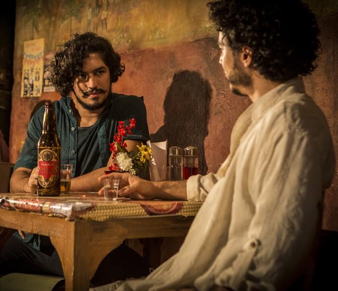 Miguel pergunta a Martim o que fez com que ele deixasse a cidade (Foto: Inácio Moraes/ Gshow)